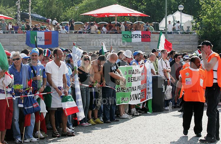 Fussball WM 2006 Finale Italien - Frankreich Italienische Fans warten kurz vor 17:00Uhr am Suedtor des Berliner WM-Stadion - Einlass ist 17:00Uhr