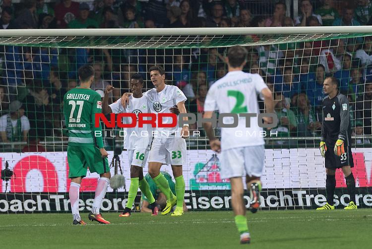 24.09.2016, Weser Stadion, Bremen, GER, 1.FBL, Werder Bremen vs VFL Wolfsburg, im Bild<br /> <br /> Eigentor Robert Bauer (Bremen #4) zum 0 zu1 fuer Wolfsburg <br /> <br /> Foto &copy; nordphoto / Kokenge