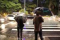 SAO PAULO, SP - 04.11.2014 - RETORNO DA CHUVA EM SÃO PAULO - Chuva moderada atinge região da paulista no início da noite desta terça-feira (4). A chuva somada de assembléia popular de lidereças do juntos, Psol e Pt deixa o transito na av. Paulista lento.<br /> <br /> (Foto: Fabricio Bomjardim / Brazil Photo Press)