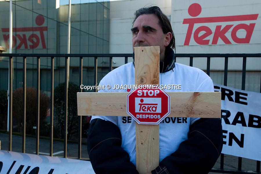 21 FEBRERO 2012 SANTANDER.Los trabajadores de la empresa TEKA marcharon hasta los ministerios portando cruces de madera, en señal de la perdida de puestos de trabajo por el ERE al que han sido sometidos..foto © JOAQUIN GOMEZ SASTRE