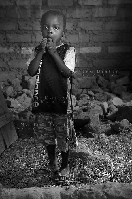 Orfani per colpa di Ebola nella foto Abul Tarainalli 4 anni ha sofferto d'Ebola sei settimane e ha perso quindici familiari tra cui mamma e pap&agrave; Villaggio di Kontabana 29/03/2016 foto Matteo Biatta<br /> <br /> Orphanes for guilt of Ebola in the picture Abul Tarainalli 4 years old had suffered of Ebola for six weeks and lost fifteen relativies incluiding mother and father Kontabana Village 29/03/2016 photo by Matteo Biatta