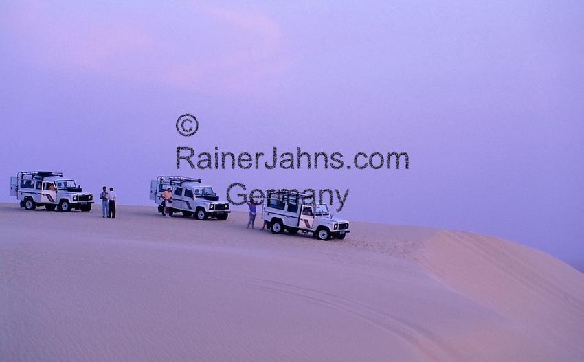 Tunisia, Nefta: Jeep-safari through the desert, waiting for sunrise