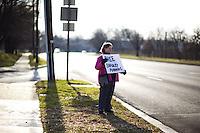 JL010 MARYLAND (ESTADOS UNIDOS) 16/12/2011.- Una mujer pide la liberación del soldado estadounidense Bradley Manning, frente a las puertas de la base militar Fort Meade hoy, viernes 16 de diciembre de 2011 en Maryland (Estados Unidos). El soldado estadounidense Bradley Manning, sospechoso de filtrar miles de documentos secretos a WikiLeaks, se enfrenta hoy en Fort Meade a una primera audiencia para determinar si debe ser juzgado por un tribunal militar u ordinario. EFE/Jim Lo Scalzo.