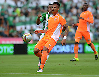 MEDELLÍN -COLOMBIA-16-ABRIL-2016. Jefferson Gomez (Der.) de Envigado FC  disputa el balón con el Atlético Nacional durante partido por la fecha 13 de Liga Águila I 2016 jugado en el estadio Atanasio Girardot ./ Jefferson Gomez (R) of Envigado FC fights the ball against of Atletico Nacional   during the match for the date 13 of the Aguila League I 2016 played at Atanasio Girardot  stadium in Medellin . Photo: VizzorImage / León Monsalve  / Contribuidor
