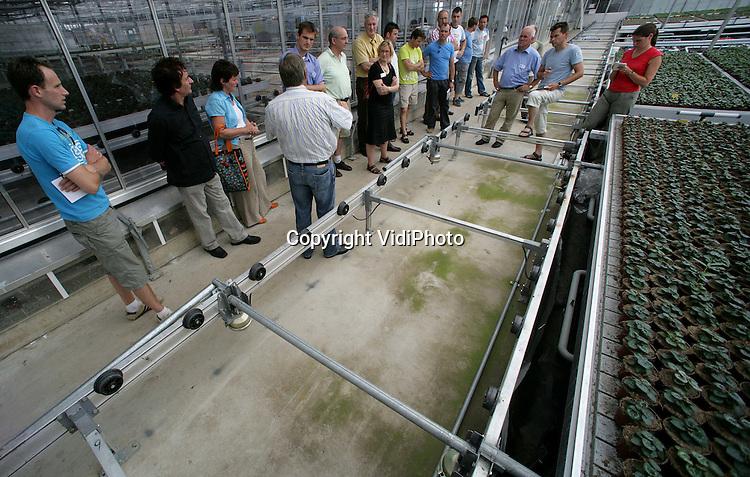 Foto: VidiPhoto..BEMMEL - Kwekers krijgen uitleg tijdens een rondleiding bij Presikhaaf Kwekerijen in Bemmel tijdens de voorlichtingsdag Thematuinen.