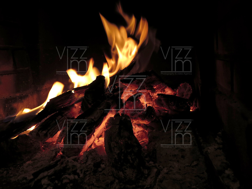 BOGOTA- COLOMBIA. Fuego en la chimenea. / Fire in the hearth. Photo: VizzorImage / Staff