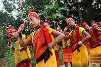 Bangladesh, Region Madhupur, Garo Frauen in traditioneller Kleidung tanzen zum Erntefest Wangala , Garo sind eine christliche u. ethnische Minderheit / BANGLADESH Madhupur, Garo women dance at harvest festival Wangal, Garos is a ethnic and christian minority
