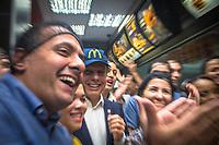 SÃO PAULO,SP, 17.03.2017 - DORIA-SP - O prefeito João Doria anuncia a entrada do McDonald's ao grupo de empresas que apoiam o programa Trabalho Novo, que oferece preparação e oportunidade de trabalho a pessoas em situação de rua, na loja da rede no Centro de São Paulo (SP), na tarde desta sexta-feira (17). (Foto: Danilo Fernandes/Brazil Photo Press)