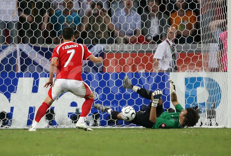 Fussball WM 2006   Achtelfinale    Schweiz - Ukraine Ricardo CABANAS (re, SUI) verschiesst seinen Elfmeter gegen Oleksandr SHOVKOVSKYI (li, UKR)