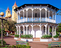 Dominikanische Republik, Puerto Plata, Pavillon Glorieta Siciliana im Parque Central und Tuerme der Kirche San Felipe | Dominican Republic, Puerto Plata, Pavilion Glorieta Siciliana at Parque Central and church San Felipe