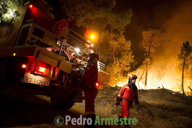Members of the Spanish Army Emergency Unit (UME) work at the site of a wildfire in Torneros de Jamuz near Leon on August 20, 2012. Numerous wildfires have broken out across Spain in the sweltering heat in recent weeks, an extra headache for authorities struggling to get the country out of its financial crisis and recession. © Pedro ARMESTRE