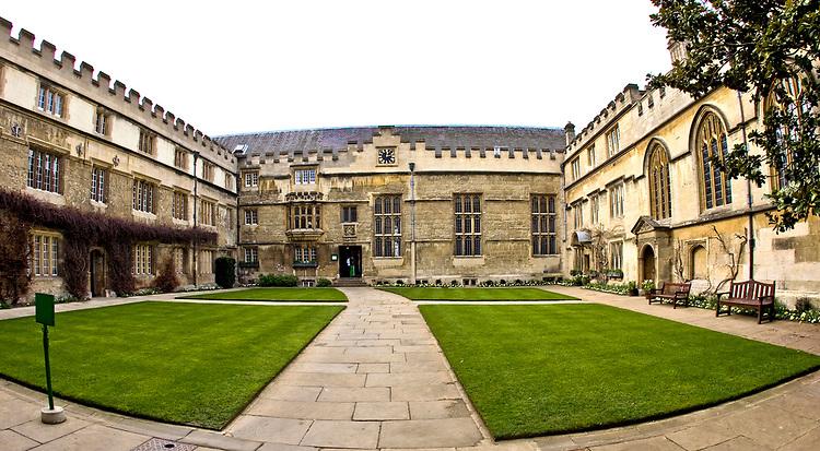 Oxford 2009-03-07. Miasto w południowej Anglli głównie znane jako siedziba Uniwersytetu Oxfordzkiego. First Quad Jesus College.