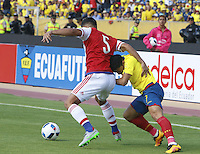 QUITO - ECUADOR - 24-03-2016: Jefferson Montero (Der.) jugador  de Ecuador disputa el balón con Bruno Valdez (Izq.) jugador de Paraguay, durante entre los seleccionados de Ecuador y Paraguay, partido válido por la fecha 5 de la clasificación a la Copa Mundo FIFA 2018 Rusia jugado en el estadio Olímpico Atahualpa en Quito. / Jefferson Montero (R) player of Ecuador struggles the ball with Bruno Valdez (L) player of Paraguay during a match between Ecuador and Paraguay valid for the date 5 of 2018 FIFA World Cup Russia Qualifier played at Olimpico Atahualpa stadium in Quito. Photo: VizzorImage / Rolando Enriquez / Agencia Cronistas Gráficos