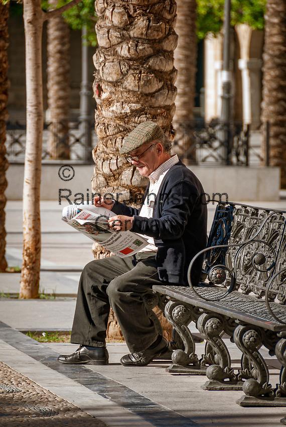 Spanien, Andalusien, Provinz Cádiz, Jerez de la Frontera: Plaza del Arenal, alter Mann sitzt auf Bank, liest Zeitung | Spain, Andalusia, Province Cádiz, Jerez de la Frontera: Plaza del Arenal, old man on bench, reading newspaper