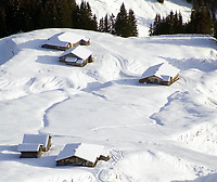 CHE, Schweiz, Kanton Bern, Berner Oberland, Grindelwald: verschneite Almhuetten oberhalb Grindelwald | CHE, Switzerland, Bern Canton, Bernese Oberland, Grindelwald: alpine pasture huts above Grindelwald