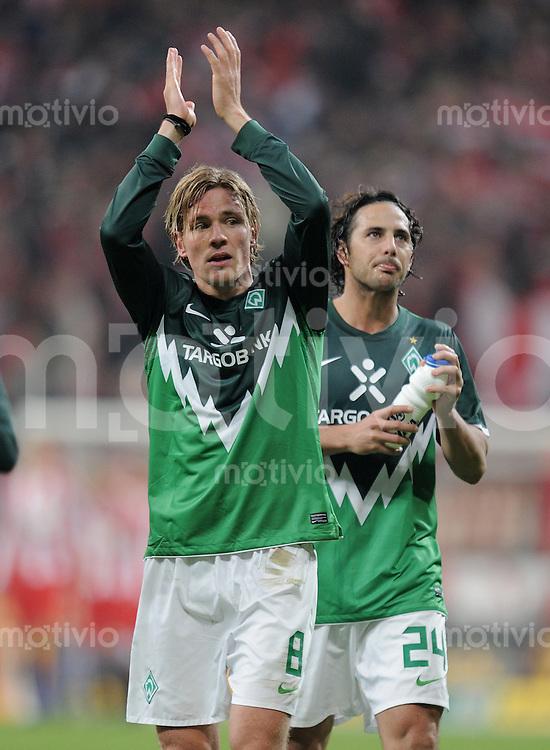 Fussball DFB Pokal:  Saison   2010/2011    2. Hauptrunde  26.10.2010 FC Bayern Muenchen - SV Werder Bremen Enttaeuschung SV Werder;  Clemens Fritz (li) und Claudio Pizarro mit Dank an die Fans