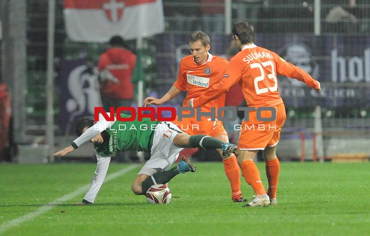 UEFA Euro League 2009/2010 Werder Bremen - <br /> Heimspiel Weserstadion 05.11.2009 - Play-off zur Europa League 09/10 Gruppe L - Gruppenphase<br /> <br /> Werder Bremen (GER) - Austria Wien (AUT) 2:0 ( 0:0 )<br /> <br /> Mesut &Ouml;zil ( Bremen GER #11 ) wird von Florian Klein ( Wien #07 ) und Emin Sulimani ( Wien #23 ) in die orizontale gebracht ( Foul )<br /> <br /> Foto &copy; nph ( nordphoto ) *** Local Caption *** *** Local Caption *** <br /> Fotos sind ohne vorherigen schriftliche Zustimmung ausschliesslich f&uuml;r redaktionelle Publikationszwecke zu verwenden.<br /> <br /> Auf Anfrage in hoeherer Qualitaet/Aufloesung