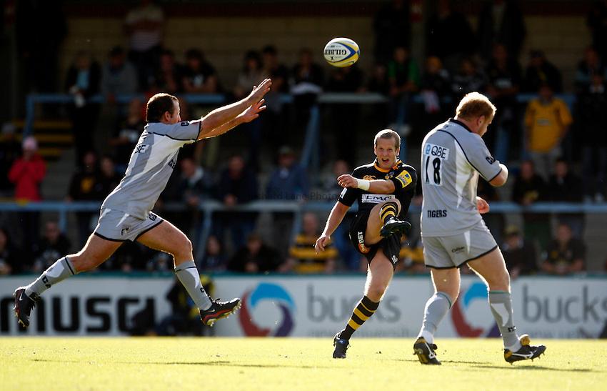 Photo: Richard Lane/Richard Lane Photography. London Wasps v Leicester Tigers. Aviva Premiership. 18/09/2010. Wasps' Dave Walder kicks.