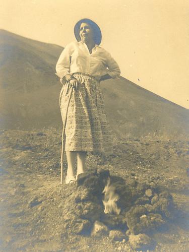 Belkiss Adrover de Cibrán, en las laderas del volcán Vesubio. 1957.