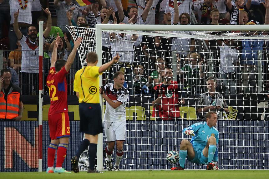 Kopfball Benedikt Höwedes (D) zum 3:1 - Deutschland vs. Armenien in Mainz