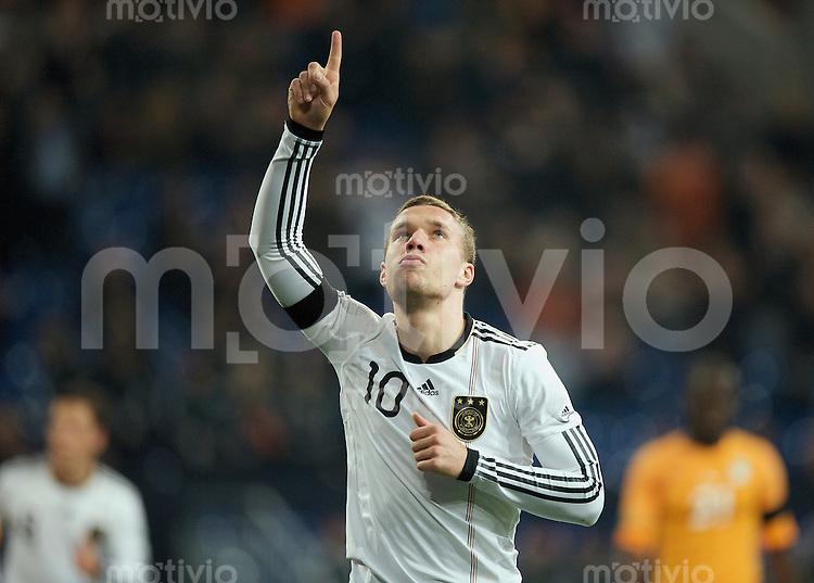Fussball International 2008/2009 Freundschaftsspiel Deutschland - Elfenbeinkueste Lukas POSDOLSKI (GER) jubelt zum 1:0 mit gestrecktem Zeigefinger gen Himmel.