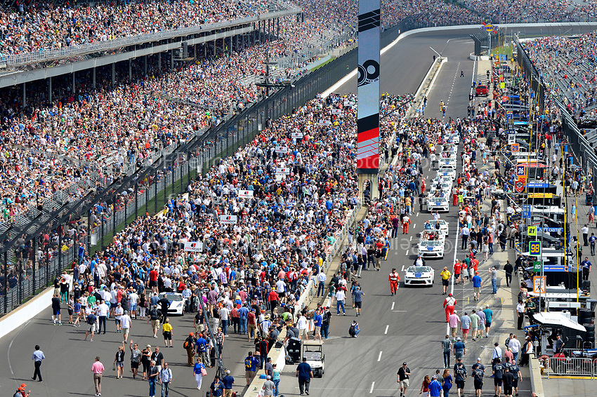 Verizon IndyCar Series<br /> Indianapolis 500 Race<br /> Indianapolis Motor Speedway, Indianapolis, IN USA<br /> Sunday 28 May 2017<br /> The parade of drivers moves down pit lane.<br /> World Copyright: F. Peirce Williams<br /> LAT Images