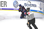 iMannheims Chad Kolarik (Nr.42) trifft zum 1:0 gegen Duesseldorfs Mathias Niederberger (Nr.35)  beim Spiel in der DEL, Adler Mannheim (blau) - Duesseldorfer EG (gelb).<br /> <br /> Foto &copy; PIX-Sportfotos *** Foto ist honorarpflichtig! *** Auf Anfrage in hoeherer Qualitaet/Aufloesung. Belegexemplar erbeten. Veroeffentlichung ausschliesslich fuer journalistisch-publizistische Zwecke. For editorial use only.