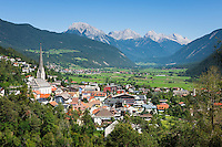 Austria, Tyrol, Imst: town and administrative centre of Imst District in Upper Inn Valley with parish church Mary Assumption and Mieming Range mountains at background | Oesterreich, Tirol. Imst: Bezirkshauptstadt im Oberinntal, am Rande der Lechtaler Alpen, mit Pfarrkirche Maria Himmelfahrt, im Hintergrund die Berge der Mieminger Kette