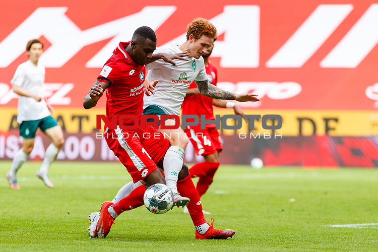Joshua Sargent (SV Werder Bremen) im Zweikampf mit Moussa Niakhate (FSV Mainz 05), <br /> <br /> Sport: Fussball: 1. Bundesliga:: nphgm001:  Saison 19/20: 33. Spieltag: 1. FSV Mainz 05 vs SV Werder Bremen 20.06.2020<br /> Foto: Neis/Eibner/Pool/via gumzmedia/nordphoto<br />