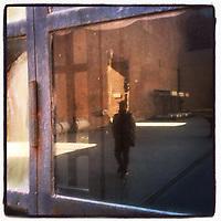 WINDOWOVER <br /> progetto e mostra fotografica di Antonella Di Girolamo<br /> <br /> 791 finestre per sperare, sognare, desiderare e andare avanti.<br /> Ogni giorno c&rsquo;&egrave; una finestra dalla quale guardar fuori, finestre di case, di scale di edifici pubblici e privati, di automobili, irripetibili e ripetute, con ospiti o solitarie ma tutte che permettono di guardar fuori e continuare a vedere.<br /> &ldquo;WindowOver&rdquo; esprime la speranza di sconfiggere ogni tipo di impedimento, sia fisico che mentale. &ldquo;Prigionie&rdquo; dovute a mancanza dei diritti umani, a malattie invalidanti, a societ&agrave; dimenticanti, ma che grazie ad un impegno collettivo potranno essere sconfitte.
