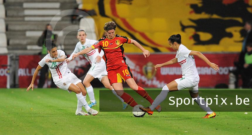 Belgian Red Flames - Portugal (31/10/2013) :<br /> Aline Zeler (M) slalomt tussen Claudia Neto (L) en Melissa Gomes (R)<br /> foto Dirk Vuylsteke / nikonpro.be