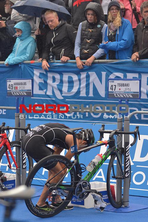 20160716,  Innenstadt, Hamburg, GER, Hamburg Wasser World Triathlon, Elite Maenner Sprintdistanz, im Bild Kohei Tsubaki (JPN) in der Wechselzone vom Fahrrad zum Laufen Foto © nordphoto / Witke