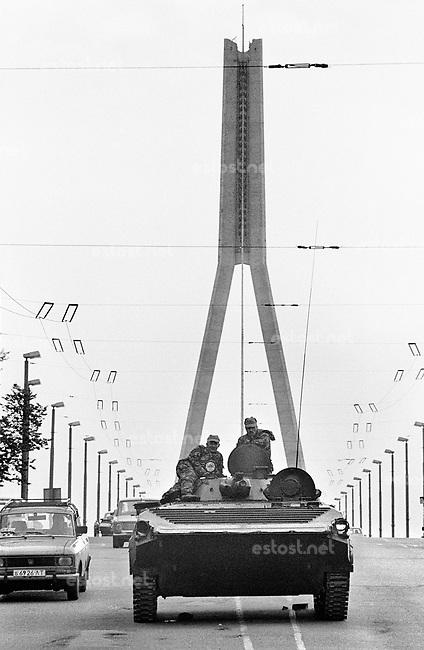 LETTLAND, 20.08.1991.Riga.Waehrend des Anti-Gorbatschow-Putsches versuchen sowjetische Truppen, die Kontrolle ?ber Riga zu erhalten, mit dem Scheitern des Putsches gewinnt Lettland endgueltig seine Unabhaengigkeit. Ð Sowjetische Fallschirmjaeger mit leichtem Schuetzenpanzer bewachen die Vansu-Bruecke ueber die Daugava nahe der Altstadt..During the anti-Gorbachev-coup Soviet troops try to obtain control of Riga. With the failure of the coup Latvia finally regains its independence. - Soviet paratroopers occupying the Vansu bridge across the Daugava..© Martin Fejer/EST&OST