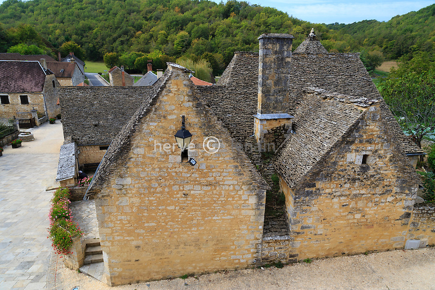 France, Dordogne (24), Saint-Amand-de-Coly, labellis&eacute; Les Plus Beaux Villages de France, toits de maisons du village en lauzes // France, Dordogne, Saint Amand de Coly, labelled Les Plus Beaux Villages de France (The Most beautiful<br /> Villages of France), houses in the village