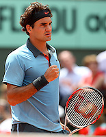 Roger Federer (SUI) (2) against Tommy Haas (GER) in the fourth round of the Men's Singles. Federer beat Haas 6-7 5-7 6-4 6-0 6-2..Tennis - French Open - Day 9 - Mon1st June 2009 - Roland Garros - Paris - France..Frey Images, Barry House, 20-22 Worple Road, London, SW19 4DH.Tel - +44 20 8947 0100.Cell - +44 7843 383 012