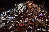 SAO PAULO, 25 DE JULHO DE 2012 - TRANSITO SP - Transito intenso na Avenida 23 de maio, nos dois sentidos, altura do paraiso, regiao central da capital no fim da tarde desta quinta feira. FOTO ALEXANDRE MOREIRA - BRAZIL PHOTO PRESS