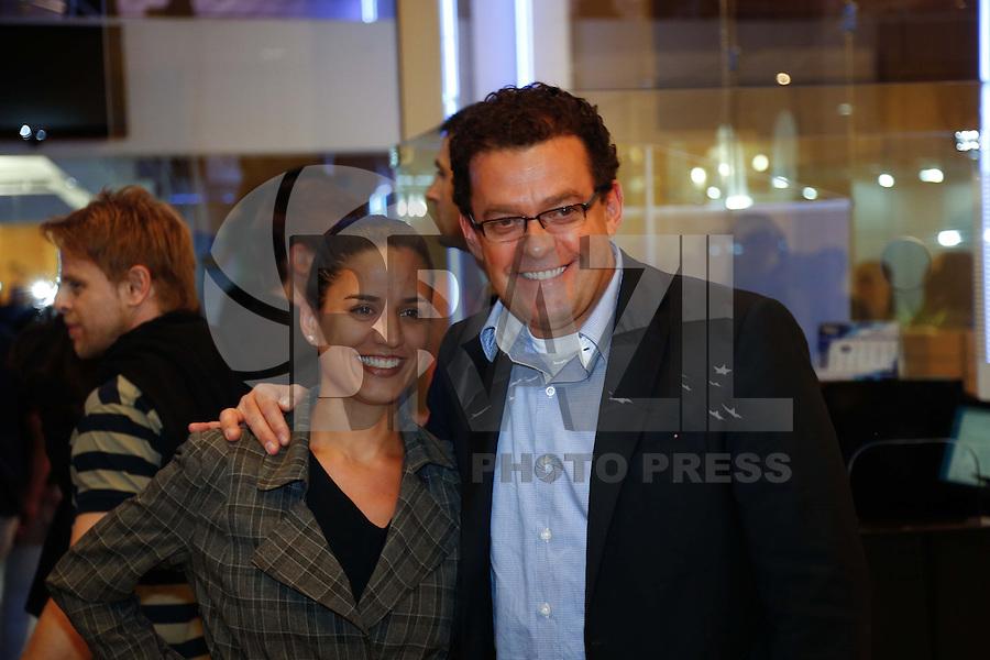 SAO PAULO, SP, 01 DE AGOSTO DE 2013. ESTREIA PEÇA LA MAMA.O apresentador Fernando Rocha e Julia Bandeira durante a estréia da comédia La Mama, com Rosi Campos e Leonardo Miggiorin, no Teatro Nair Bello, na noite desta quinta feira, 01. FOTO ADRIANA SPACA/BRAZIL PHOTO PRESS