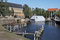 Binnenstad van Leeuwarden.  Grijskleurige boot is ARK Fryslân. Centrum voor Architectuur en Ruimtelijke Kwaliteit