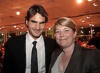 01-06-10, Tennis, France, Paris, Roland Garros, ITF Awasds dinner, KNLTB voorzitter Karin van Bijlevemd met wereldkampien 2009 Roger Federer