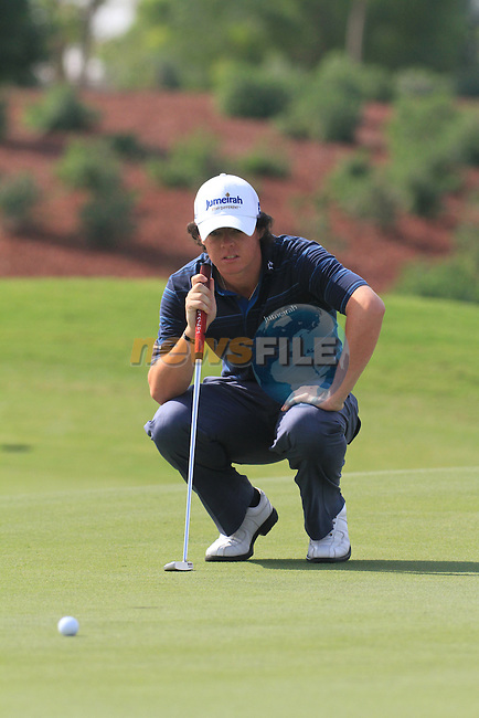 Dubai World Championship Golf. Earth Course,.Jumeirah Golf Estate, Dubai, U.A.E...Rory McIlroy lines up his putt on the 5th green during the second round of the Dubai World Golf championship..Photo: Fran Caffrey/www.golffile.ie...