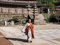 Mönch, buddhistischer Hwaeomsa Tempel in Jirisan Nationalpark, Provinz Jeollanam-do, Südkorea, Asien<br /> monk, buddhist Hwaeomsa temple in Jirisan national park, province Jeollanam-do, South Korea, Asia