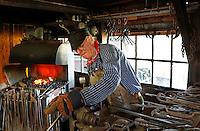 Nederland Broek op Langedijk 2015 . Museum BroekerVeiling. Broekerveiling is de oudste doorvaarveiling van groenten ter wereld. Smid aan het werk in de smederij