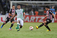 MEDELLÍN -COLOMBIA-06-11-2013. Alejandro Bernal (C) de Atlético Nacional de Colombia disputa el balón con Aloísio (Izq.) de Sao Paulo de Brasil en el juego de vuelta de los cuatos de final de la Copa Total Sudamericana 2013 realizado en el estadio Atanasio Girardot de Medellín./ Alejandro Bernal (C) player of Atletico Nacional of Colombia fights for the ball with Aloisio (L) of Sao Paulo of Brazil during the match of the second leg of the quarter finals for the Copa Total Sudamericana 2013 played at Atanasio Girardot stadium in Medellin. Photo: VizzorImage/Luis Ríos/STR