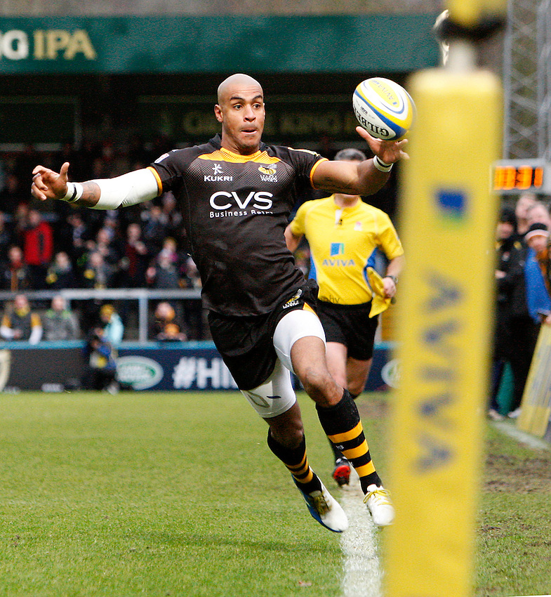 Photo: Richard Lane/Richard Lane Photography. London Wasps v Exeter Chiefs. Aviva Premiership. 05/01/2014. Wasps' Tom Varndell collects the ball close to the touch line.