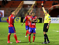 PASTO -COLOMBIA, 06-08-2017: Oscar Javier Gomez Florez, referee, muestra la tarjeta roja a Javier Reina del Pasto durante partido entre Deportivo Pasto y América de Cali por la fecha 6 de la Liga Águila II 2017 jugado en el estadio La Libertad de Pasto. / Oscar Javier Gomez Florez, referee, shows the red card to Javier Reina of Pasto during match between Deportivo Pasto and America de Cali for the date 6 of the Aguila League II 2017 played at La Libertad stadium in Pasto. Photo: VizzorImage / Leonardo Castro / Cont