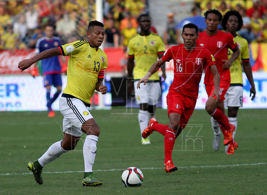 BARRANQUILLA  - COLOMBIA - 8-10-2015: Fredy Guarin jugador de la seleccion Colombia  disputa el balon con  Carlos Lobaton la seleccion Peru durante primer partido  por por las eliminatorias al mundial de Rusia 2018 jugado en el estadio Metropolitano Roberto Melendez  / : Fredy Guarin  player of Colombia  fights for the ball with Carlos Lobaton of selection of Peru during first qualifying match for the 2018 World Cup Russia played at the Estadio Metropolitano Roberto Melendez. Photo: VizzorImage / Felipe Caicedo / Staff.