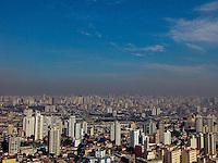 SAO PAULO, SP, 13/05/2013, POLUICAO. As fotos aereas mostram uma camada expessa de poluição sobre São Paulo, nessa Segunda-Feira (13), foto feita na região da Mooca. LUIZ GUARNIERI/ BRAZIL PHOTO PRESS.