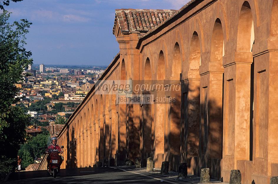 Europe/Italie/Emilie-Romagne/Bologne : Les arcades via San Luca