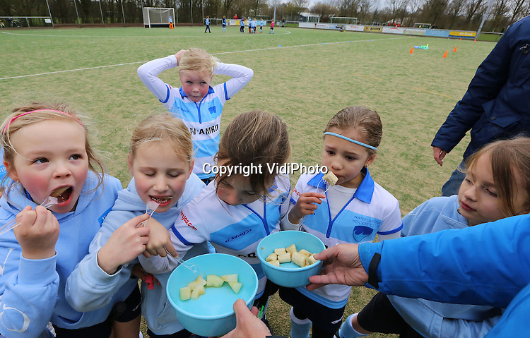 Foto: VidiPhoto<br /> <br /> MONNICKENDAM - Tijdens de rust krijgen de spelertjes van de Waterlandse Hockeyclub in Monnickendam vers fruit, voor nieuwe energie.