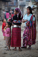 Myanmar, (Burma), Shan State, Kengtung: Palaung tribe women with metal band around waist | Myanmar (Birma), Shan Staat, Kengtung: Frauen des Palaung Volksstammes, eine traegt ein metallenes Band um die Taille